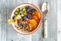 Чаша вівса зі свіжих фруктів — стокове фото