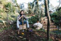 Mann entspannt sich nach Gartenarbeit — Stockfoto