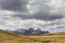 Peru, Andes, National park Huascaran. Cordillera Blanca, Scenic landscape under moody sky with mountains on background — Stock Photo