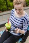 Куповані портрет молодої жінки за допомогою смартфона — стокове фото