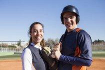 Porträt des Lächelns männliche und weibliche Baseball-Spieler — Stockfoto