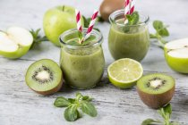 Detox green smoothie and ingredients — Stock Photo