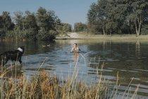 Нідерланди, Schiermonnikoog, жінка з Бордер Коллі в озеро — стокове фото