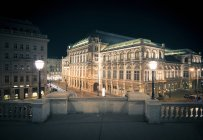 Vista da antiga rua com prédios à noite, Viena, Áustria — Fotografia de Stock