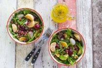 Salat mit Rucola und Frischkäse — Stockfoto
