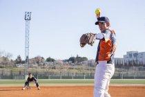 Питчер готов бросить мяч во время игры в бейсбол — стоковое фото