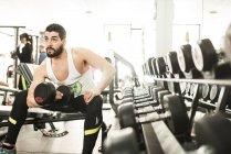 Бицепс обучения человек мышцы в тренажерный зал — стоковое фото