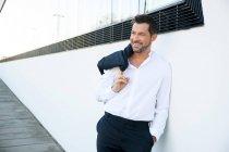 Retrato de empresário relaxado confiante ao ar livre — Fotografia de Stock