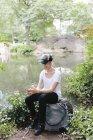 Молодая женщина на мобильном телефоне в Центральном парке Манхэттена, Нью — стоковое фото