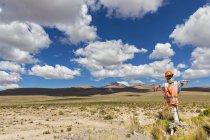 Peru, La Reserva Nacional Salinas y Aguada Blanca, humanlike figure at the roadside in front of volcanic landscape — Stock Photo