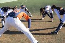 Бейсболисты делают растяжки перед игрой — стоковое фото