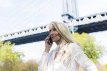 Retrato de mujer senior con smartphone - foto de stock