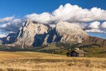 Вид на поле і рок проти старий сарай Вентура, Альпах — стокове фото