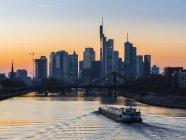 Quartiere finanziario di Francoforte sul Meno paesaggio urbano e barca al tramonto, Germania, Europa — Foto stock