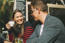 Усміхнене пара сидіти в кафе і говорити — стокове фото