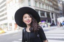 Retrato de jovem mulher asiática em chapéu — Fotografia de Stock