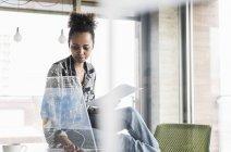 Frau im Büro mit Dokumenten arbeiten — Stockfoto