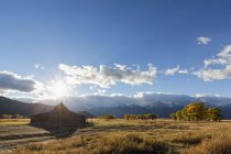 United States of America, United States, Wyoming, Grand Teton National Park, Mormon Row, Antelope Flats Road Road, Jackson-Moran Road, Jackson Hole, T.A. Moulton Barn in front of the Teton Range, Cathedral Group with the Nez Perce Peak — Stock Photo