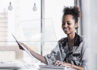 Donna che utilizza computer trasparenti — Foto stock
