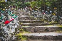 Japan, Miyajima, Daisho-In Tempel, Stein Buddhas mit Gehäkelte Kippa — Stockfoto