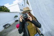 Испания, Андалусия, Vejer de la Frontera, Путешествующая женщина фотографируется с камерой — стоковое фото
