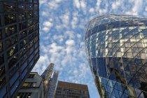 Uk, london, berühmt die gurke unter wolkenkratzern — Stockfoto