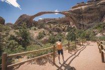 Stati Uniti d'America, turistico di Utah, Parco nazionale degli Arches, in piedi presso il Landscape Arch — Foto stock
