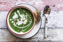 Tigela de sopa de espinafre com amêndoas — Fotografia de Stock