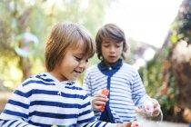 Ritratto di due ragazzi che fa le bolle di sapone — Foto stock