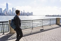 Man walking at New Jersey waterfront with view to Manhattan, New York City, USA — Stock Photo