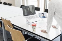 Ritagliate la vista della donna di affari sul video conferenza — Foto stock