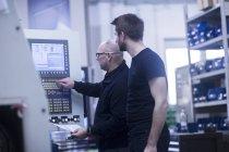 Zwei Männer, die Maschine in einer Fabrik in Betrieb — Stockfoto