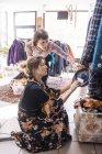 Portrait de femmes adultes milieu dans la boutique de seconde main — Photo de stock
