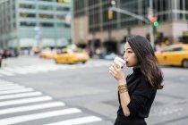 Portrait de jeune femme buvant dans la rue — Photo de stock