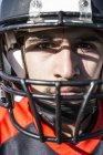 Retrato de primer plano del jugador de fútbol americano con casco - foto de stock
