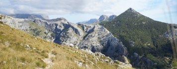 Вид утесов и скал с травой в дневное время, Испания — стоковое фото