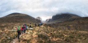 Nepal, Himalaya, Khumbu, Everest-Region. Wanderer zu Fuß auf Bergweg — Stockfoto