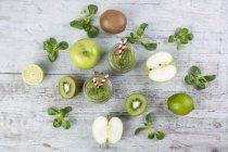 Детокс зеленый смузи с фруктами и мятой — стоковое фото