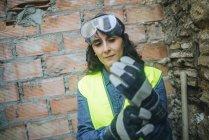 Портрет работающей женщины в защитных перчатках . — стоковое фото