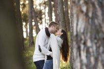 Щаслива пара цілуються в лісі — стокове фото
