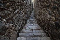 Espanha, Girona, escadaria estreita em El Call — Fotografia de Stock