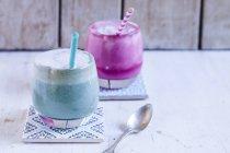 Latte bleu clair et latte aux betteraves — Photo de stock