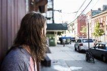 Портрет середині дорослий чоловік, що стоїть на вулиці — стокове фото
