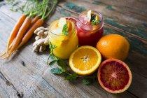 Крупним планом подання нарізаний цитрусових з соком і морква — стокове фото