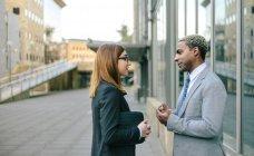 Giovane uomo d'affari e donna d'affari ne fronte edificio per uffici — Foto stock