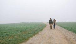 Іспанія, Астурія, пара ходити в туманний день шлях — стокове фото