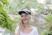 Giovane donna sul cellulare — Foto stock