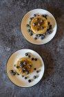 Crêpes aux myrtilles et sirop d'érable — Photo de stock