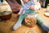 Padre e bambino in cucina cuocere una torta — Foto stock