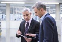 Manager che hanno riunione in officina — Foto stock